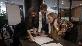 Lavoro di gruppo nell'ufficio stock footage