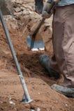 Lavoro di lavoro con la vanga per lo scavo Immagini Stock