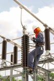 Lavoro di manutenzione elettrico su attrezzatura ad alta tensione elettrica fotografia stock