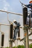 Lavoro di manutenzione elettrico su attrezzatura ad alta tensione elettrica Immagine Stock Libera da Diritti