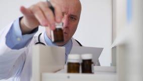 Lavoro di medico nella stanza di ospedale prendere le note e compilare un documento medico video d archivio