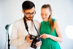 Lavoro di modello femminile allo studio Fotografie Stock Libere da Diritti