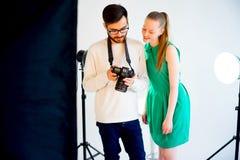 Lavoro di modello femminile allo studio Fotografia Stock