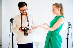 Lavoro di modello femminile allo studio Immagini Stock