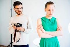 Lavoro di modello femminile allo studio Fotografie Stock