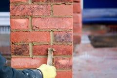 Lavoro di muratura - indicando renda fotografia stock libera da diritti