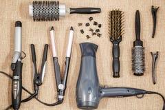 Lavoro di parrucchiere professionale dell'attrezzatura - salone di bellezza e un punto di vista superiore del parrucchiere Immagine Stock Libera da Diritti