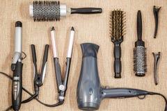 Lavoro di parrucchiere professionale dell'attrezzatura - salone di bellezza e un punto di vista superiore del parrucchiere Fotografie Stock Libere da Diritti