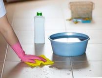 Lavoro di pulizia del pavimento immagine stock