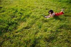Lavoro di rilassamento in natura immagini stock libere da diritti