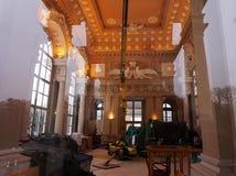 Lavoro di riparazione nel palazzo Vista attraverso il vetro fotografia stock