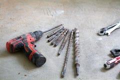 Lavoro di ristrutturazione elettrico, perforatrice a percussione Fotografia Stock