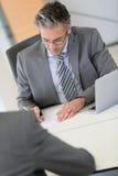 Lavoro di riunione dell'uomo d'affari aplicant Immagine Stock