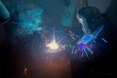 Lavoro di saldatura del metallo dei cuochi dell'uomo delle scintille Fotografia Stock