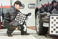 Lavoro di servizio di allineamento di ruota dell'automobile Fotografia Stock Libera da Diritti