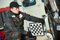Lavoro di servizio di allineamento di ruota dell'automobile Fotografie Stock
