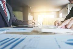 Lavoro di squadra di analisi dei colleghi di affari due con i dati finanziari fotografie stock libere da diritti