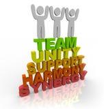 Lavoro di squadra - basamento dei membri di squadra sulle parole Fotografia Stock