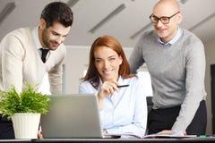 Lavoro di squadra con il computer Immagini Stock