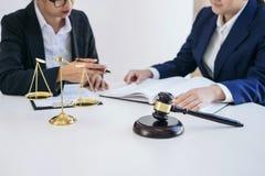 Lavoro di squadra dei colleghi, della consultazione e del confere dell'avvocato di affari Immagini Stock