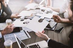 Lavoro di squadra dei partner Concetto di integrazione e della partenza con i pezzi di puzzle fotografie stock