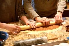 Lavoro di squadra del panino di cannella Fotografie Stock