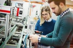 Lavoro di squadra della classe di robotica di ingegneria fotografia stock