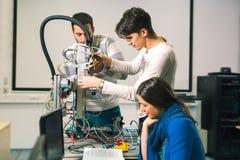 Lavoro di squadra della classe di robotica di ingegneria immagine stock