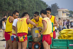 Lavoro di squadra della protezione di vita al litorale dorato Fotografia Stock Libera da Diritti