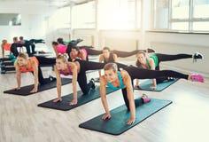 Lavoro di squadra delle giovani donne che fanno insieme esercizio Immagini Stock