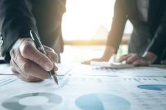 Lavoro di squadra di analisi dei colleghi di affari due con i dati finanziari immagini stock libere da diritti