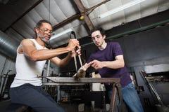 Lavoro di squadra di vetro di fabbricazione fotografie stock libere da diritti