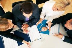 Lavoro di squadra - discussione nell'ufficio Immagini Stock