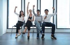 Lavoro di squadra emozionante della gente di affari internazionale degli impianti di successo fotografia stock libera da diritti