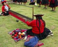 Lavoro di squadra fra i tessitori dell'alpaga nel Perù. Fotografia Stock
