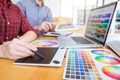 Lavoro di squadra di giovani progettisti creativi che lavorano insieme al progetto illustrazione vettoriale