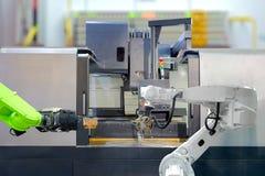 Lavoro di squadra industriale di robotica sul lavoro con la macchina del tornio di CNC fotografia stock