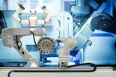 Lavoro di squadra robot industriale che lavora alla fabbrica astuta 4 La parola di colore rosso situata sopra testo di colore bia immagini stock libere da diritti