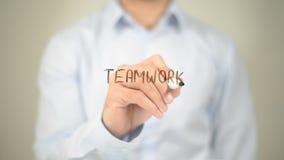 Lavoro di squadra, scrittura dell'uomo sullo schermo trasparente Fotografia Stock Libera da Diritti