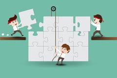 Lavoro di squadra, uomini d'affari che montano i pezzi di puzzle Immagini Stock Libere da Diritti