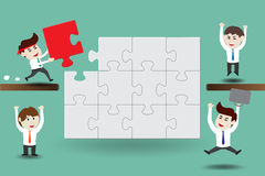 Lavoro di squadra, uomini d'affari che montano i pezzi di puzzle Fotografia Stock Libera da Diritti