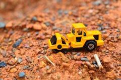 Lavoro di Toy dell'escavatore al cantiere Immagini Stock Libere da Diritti