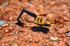 Lavoro di Toy dell'escavatore al cantiere Fotografia Stock Libera da Diritti