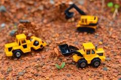 Lavoro di Toy dell'escavatore al cantiere Immagine Stock
