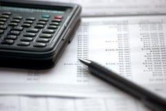 Lavoro di ufficio caratteristico di contabilità con gli schedari di dati Immagini Stock