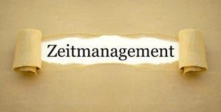 Lavoro di ufficio con la parola tedesca per la gestione di tempo - zeitmanagement fotografie stock libere da diritti