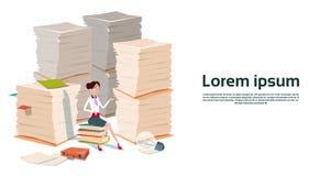 Lavoro di ufficio del documento di Sit On Books Stacked Paper della donna di affari Fotografia Stock