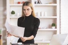Lavoro di ufficio facente femminile in ufficio Fotografia Stock