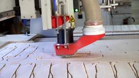 Lavoro di un colpo del carrello del primo piano della macchina per la lavorazione del legno video d archivio