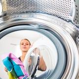Lavoro domestico: giovane donna che fa lavanderia immagine stock